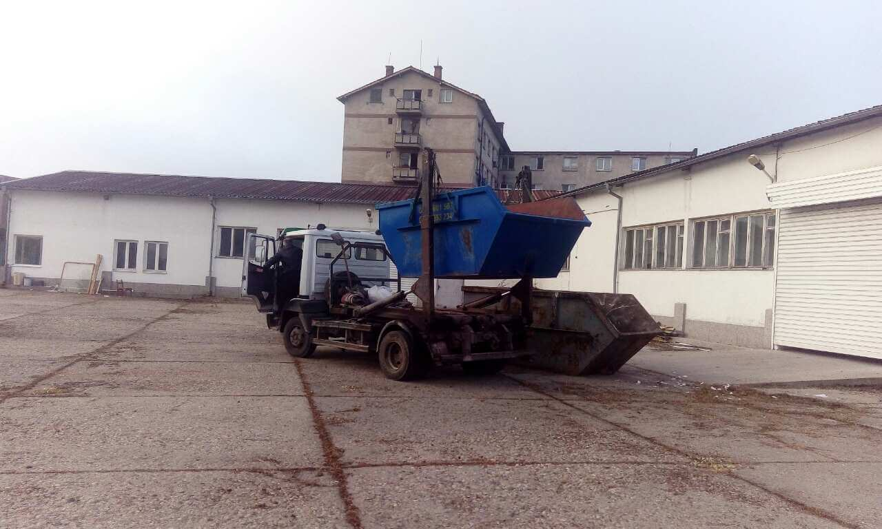 камион-за-контейнери-за-отпадъци