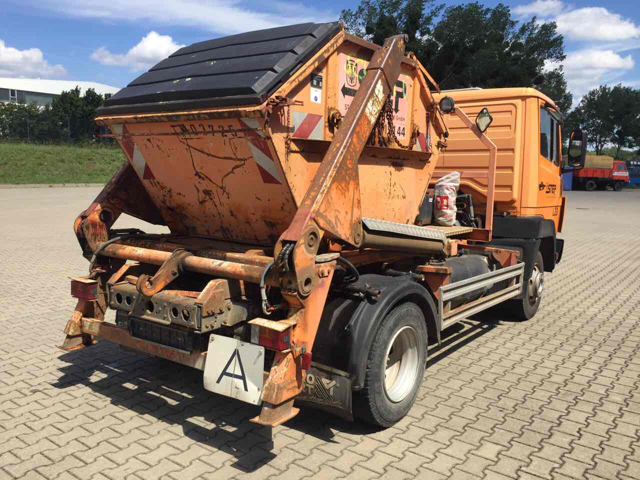 камион-натоварил-контейнер
