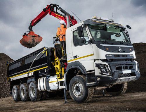 Камион с кран под наем за строителни отпадъци